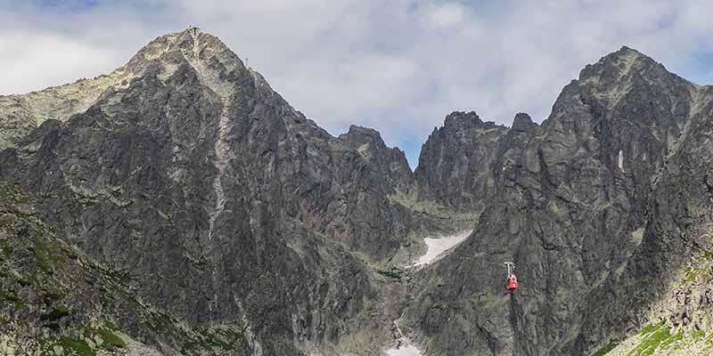 De Hoge Tatra in het noorden van Slowakije. Let op de kleine rode gondel van de kabelbaan