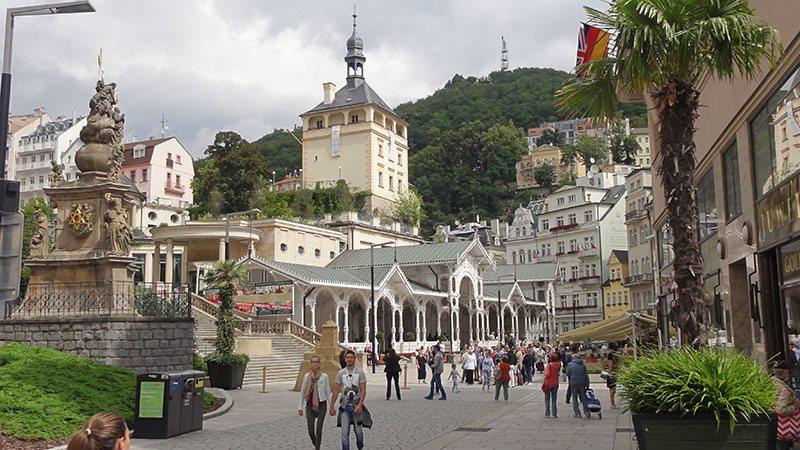 Karlovy Vary (Karlsbad). Fraaie kuurbadplaats in het westen van Tsjechië