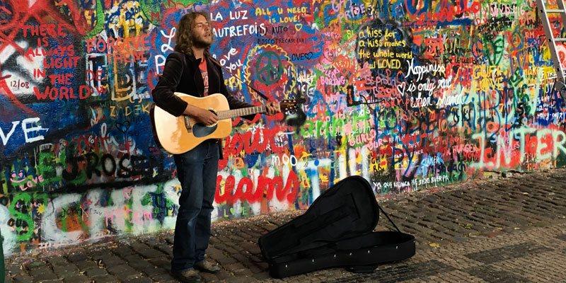 De John Lennon Wall in Praag is nog steeds een trekpleister