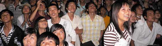 Happy tet! Toeschouwers voor het vuurwerk tijdens het Vietnamees nieuwjaar
